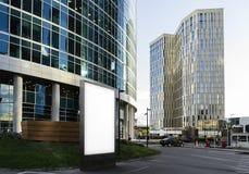 Пустое белое знамя рядом с деловым центром и небоскребами перевод 3d Стоковое Изображение RF