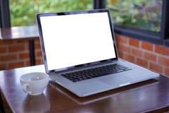 пустое белое место для работы экрана, ноутбук рекламируя текст m стоковые изображения rf
