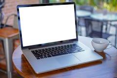 пустое белое место для работы экрана, ноутбук рекламируя текст m стоковая фотография