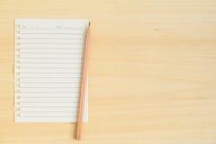 Пустое бумажное примечание с карандашем на деревянной предпосылке Стоковое Изображение RF