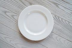 Пустое блюдо на деревянной таблице Стоковое Изображение RF
