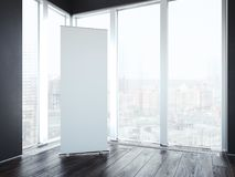 Пустое вертикальное знамя в интерьере с окнами перевод 3d иллюстрация штока
