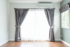 пустое внутреннее художественное оформление занавеса в живущей комнате Стоковое фото RF