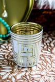 Пустое выпивая стекло обозначило любовь на запачканной предпосылке стоковые изображения rf