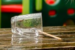 Пустое влажное стеклянное снаружи на таблице Стоковая Фотография RF