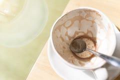 Пустое горячее какао в белой чашке в кафе на таблице выигрышем стоковые изображения