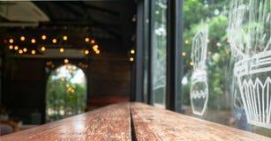 Пустое деревянное поверхностное внутреннее кафе стоковые фотографии rf