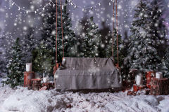 Пустое деревянное качание с одеялом над электрофонарями в sno Стоковое Фото