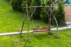 Пустое деревянное коричневое качание на траве Стоковые Изображения