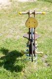 Пустое деревянное традиционное качание на спортивной площадке Стоковая Фотография RF