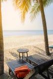 Пустое деревянное sunbed с оранжевыми полотенцами на пляже Стоковая Фотография RF