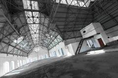 Пустое запустелое промышленное здание внутрь Стоковое фото RF