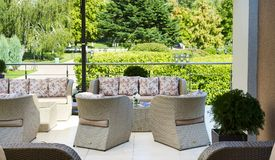 Пустое кафе с креслами и таблицей ротанга плетеными Стоковые Изображения