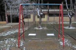 Пустое качание детей на спортивной площадке, спортивной площадке Стоковая Фотография RF