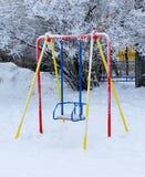 Пустое качание на спортивной площадке в зиме Стоковая Фотография RF