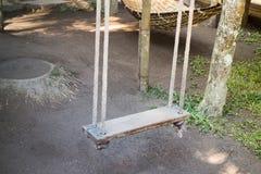 пустое качание сада деревянное Стоковые Фотографии RF