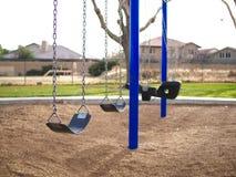 Пустое качание установило в парк с голубыми столбами Стоковые Изображения RF
