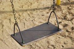 Пустое качание цепи металла в предпосылке песка спортивной площадки винтажный фильтр Стоковое Фото