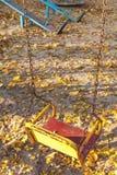 Пустое качание ` s детей в месте падения Стоковое Изображение