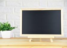 Пустое классн классный на деревянной таблице в классической комнате стоковое фото