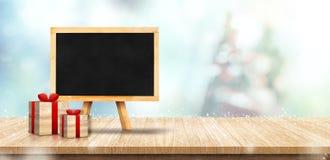 Пустое классн классный с подарочной коробкой на деревянной столешнице с рождеством Стоковое фото RF