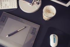 Пустое место для работы дизайнера с графической таблеткой и ручкой, keybo Стоковая Фотография RF