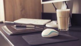Пустое место для работы дизайнера с графической таблеткой и ручкой, keybo Стоковые Фотографии RF