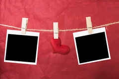 Пустое немедленное фото и красные сердца вися на веревочке, валентинке Стоковые Фото