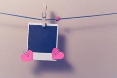 Пустое немедленное фото и малое красное бумажное сердце Стоковые Изображения