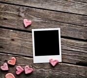 Пустое немедленное фото и сладостные красные сердца Стоковые Фото