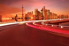 Пустое дорожное покрытие с зданиями города Шанхая Lujiazui рассветает стоковое фото