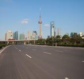 Пустое дорожное покрытие с зданиями города Шанхая Lujiazui рассветает стоковая фотография