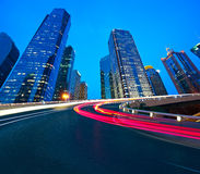 Пустое дорожное покрытие с зданиями города Шанхая Lujiazui рассветает стоковое изображение