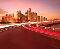 Пустое дорожное покрытие с зданиями города Шанхая Lujiazui рассветает стоковое фото rf