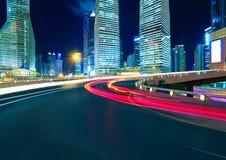 Пустое дорожное покрытие с зданиями города lujiazui Шанхая стоковые изображения rf