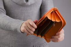 Пустое портмоне в руках ` s женщин Стоковое фото RF