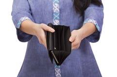 Пустое портмоне в руках ` s женщин Стоковые Изображения RF