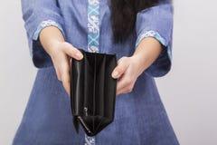 Пустое портмоне в руках ` s женщин Стоковые Изображения