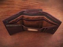 Пустое портмоне на деревянной предпосылке; Стоковые Изображения
