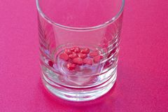 Пустое прозрачное стекло с красными сердцами на дне стоковые изображения