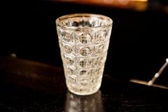 Пустое стекло коктеиля на деревянном столе в баре Стоковое Изображение