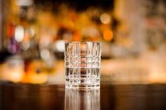 Пустое стекло коктеиля на деревянном столе Стоковые Изображения