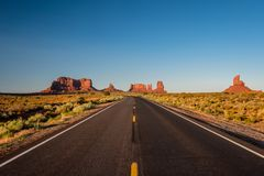 Пустое сценарное шоссе в долине памятника стоковые изображения rf