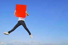 пустое удерживание доски скача красная женщина солнца неба Стоковая Фотография