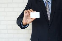 пустое удерживание карточки бизнесмена дела Стоковые Изображения RF