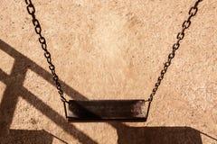 Пустое цепное качание в спортивной площадке Изображение качания детей Стоковое Фото