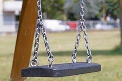 Пустое цепное качание в спортивной площадке на парке Стоковое фото RF