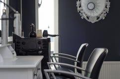 Пустое hairsalon с 2 стульями Стоковая Фотография RF