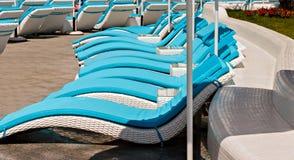 Пустое Sunbeds и пляжные комплексы зонтиков тропические стоковые фото