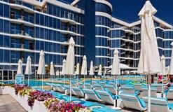 Пустое Sunbeds и пляжные комплексы зонтиков тропические стоковое изображение